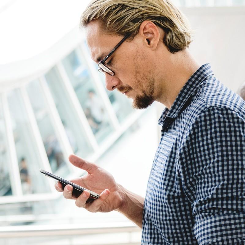 Qué es el síndrome del cuello roto y cuál es su relación con los smartphones