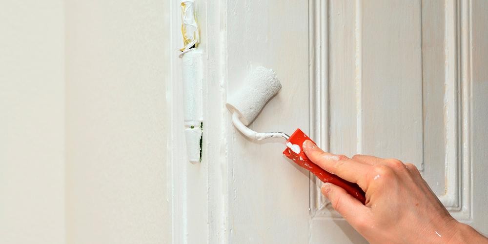 cómo pintar una puerta en blanco