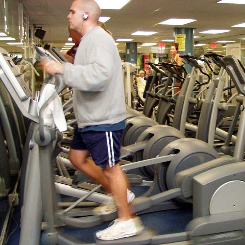 Cuáles son los beneficios de hacer elíptica en el gimnasio