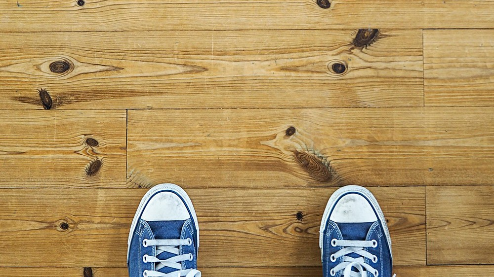 C mo limpiar un suelo laminado o tarifa flotante - Como limpiar suelo porcelanico ...