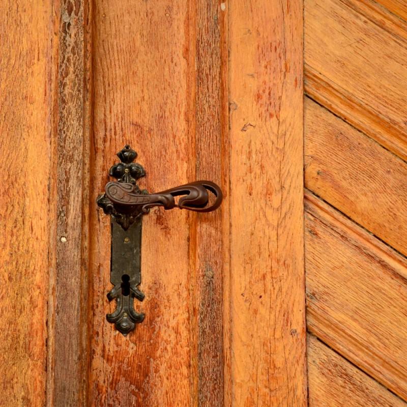 Cómo reparar arañazos y rayaduras en  las puertas de madera de casa