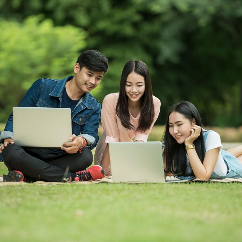 Por qué tener amigos inteligentes hace a los adolescentes más inteligentes