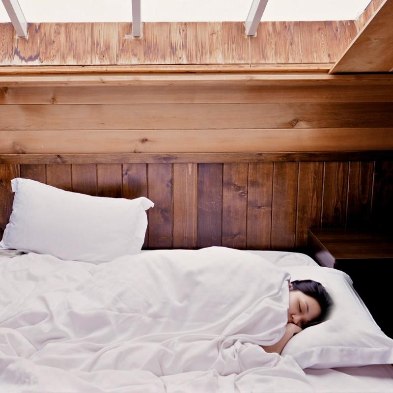 ¿Es malo para el cabello dormir con el pelo recogido?