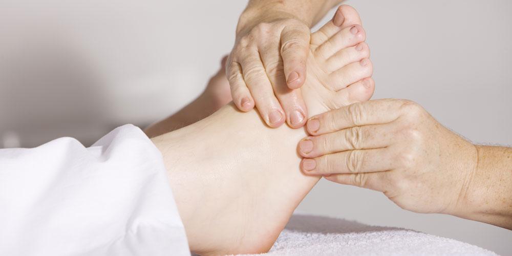 masaje en los pies para calmar calambre