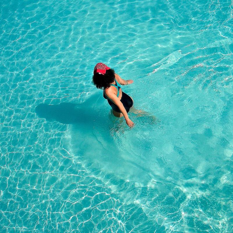 Por qué es bueno caminar dentro del agua de la piscina o en el mar