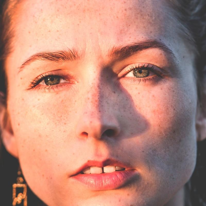 Cómo maquillarte si tienes pecas: trucos para rostros pecosos