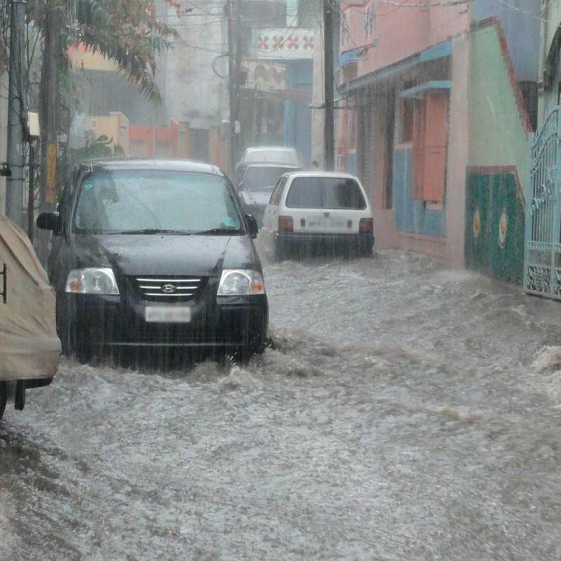 Cómo salir de un coche que se inunda (lo que debes hacer y lo que no)