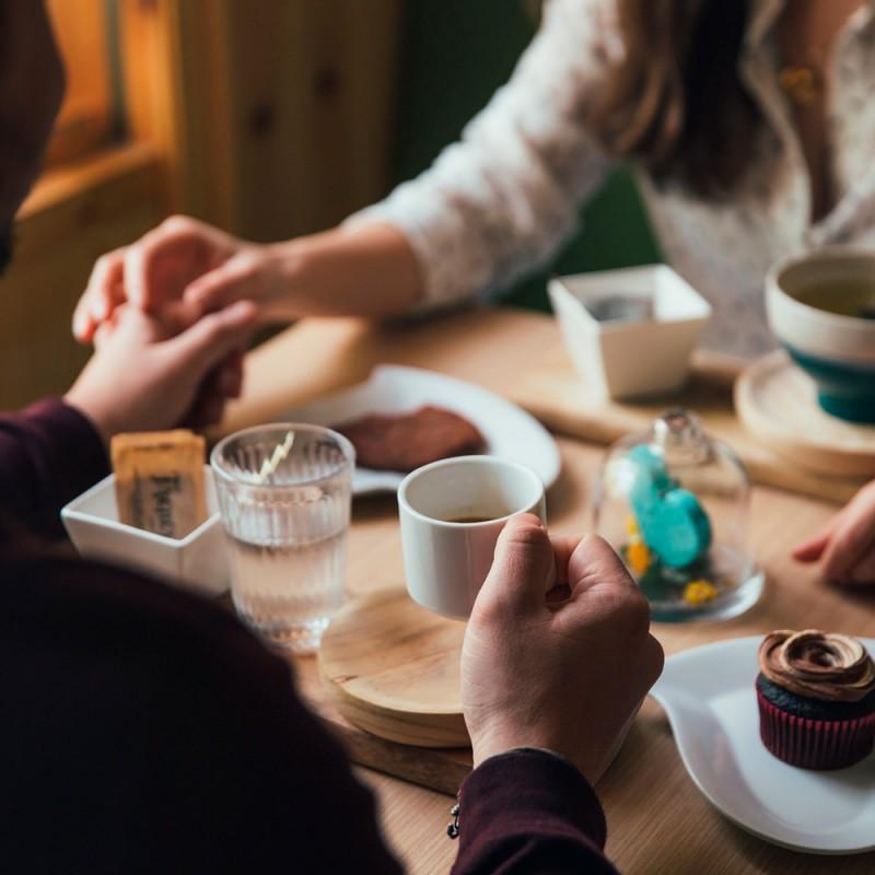 Codos en la mesa: ¿por qué es de mala educación?