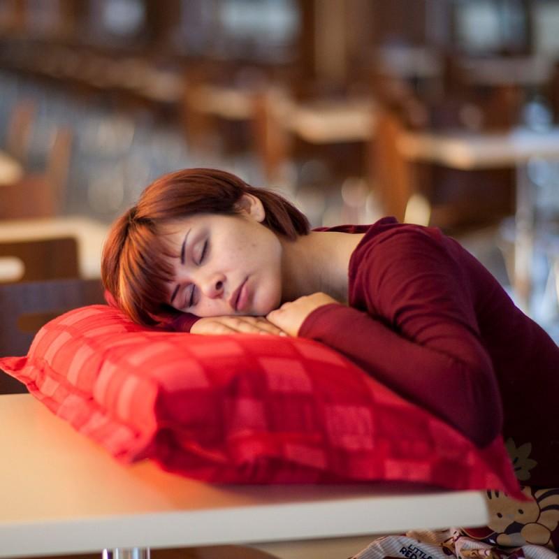 Por qué dormir poco provoca sensación de resaca