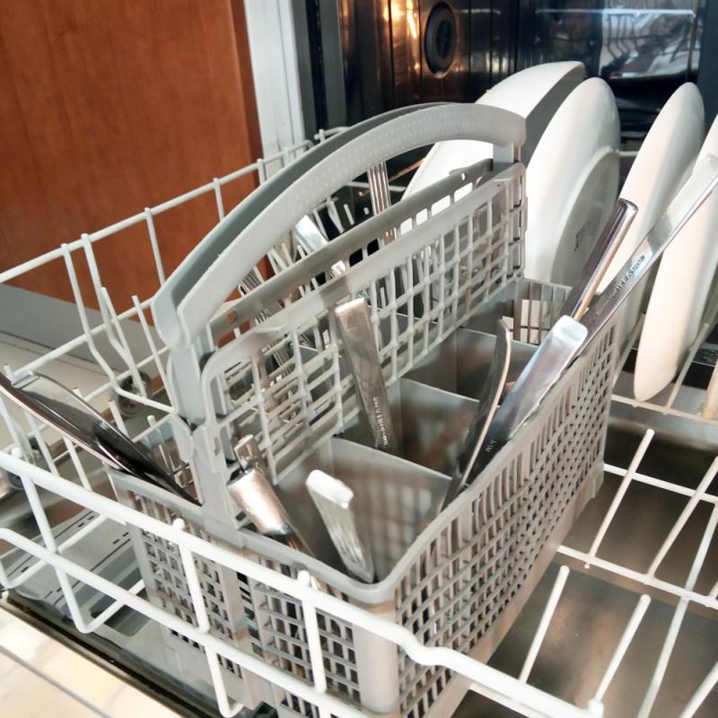 Cubiertos en el lavavajillas: ¿hacia arriba o hacia abajo?