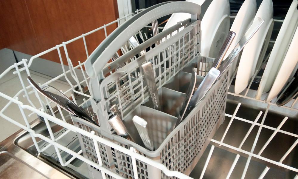 cómo colocar los cubiertos en el lavavajillas