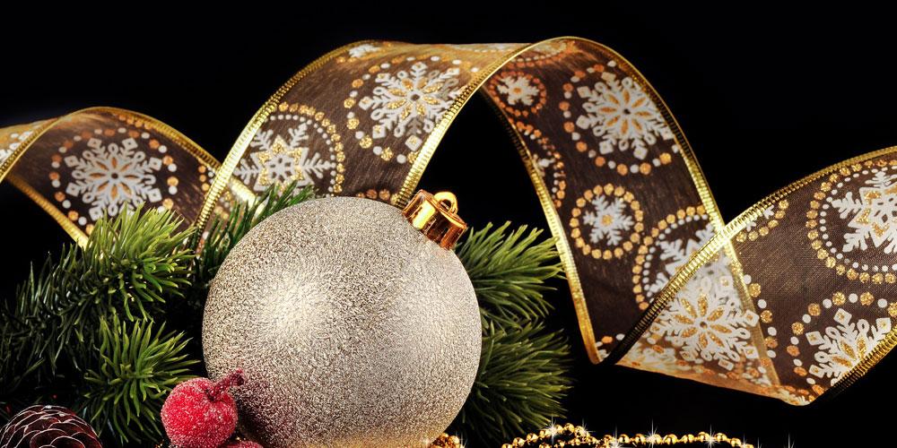 árbol de navidad en tonos dorados