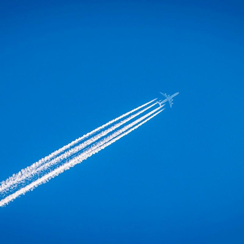 Por qué los aviones dejan estelas blancas en el cielo