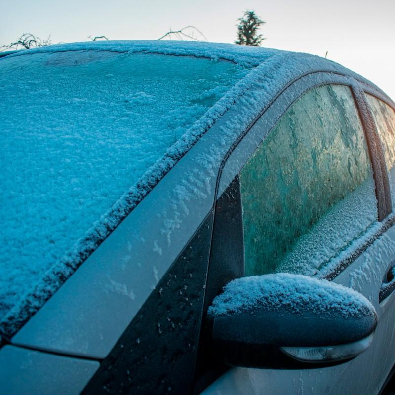 Cómo prevenir que tu coche se congele en invierno (no tendrás que rascar el hielo)