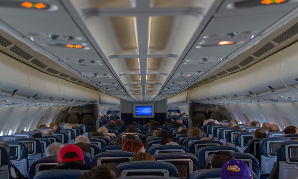 por qué se bajan las luces en el avión al despegar