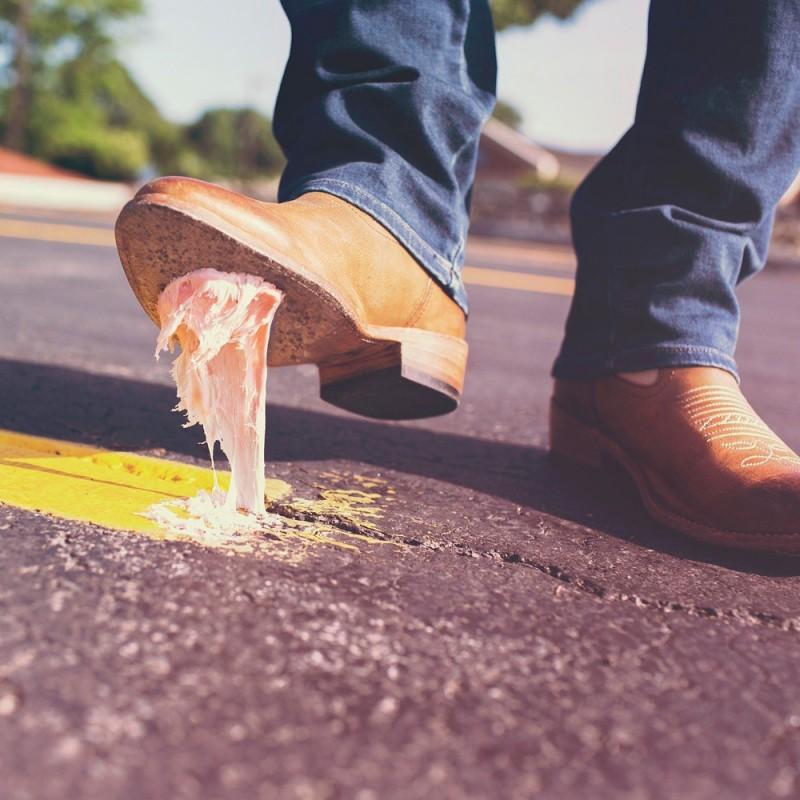 Cómo quitar chicle de la suela de tus zapatos (6 eficaces trucos)