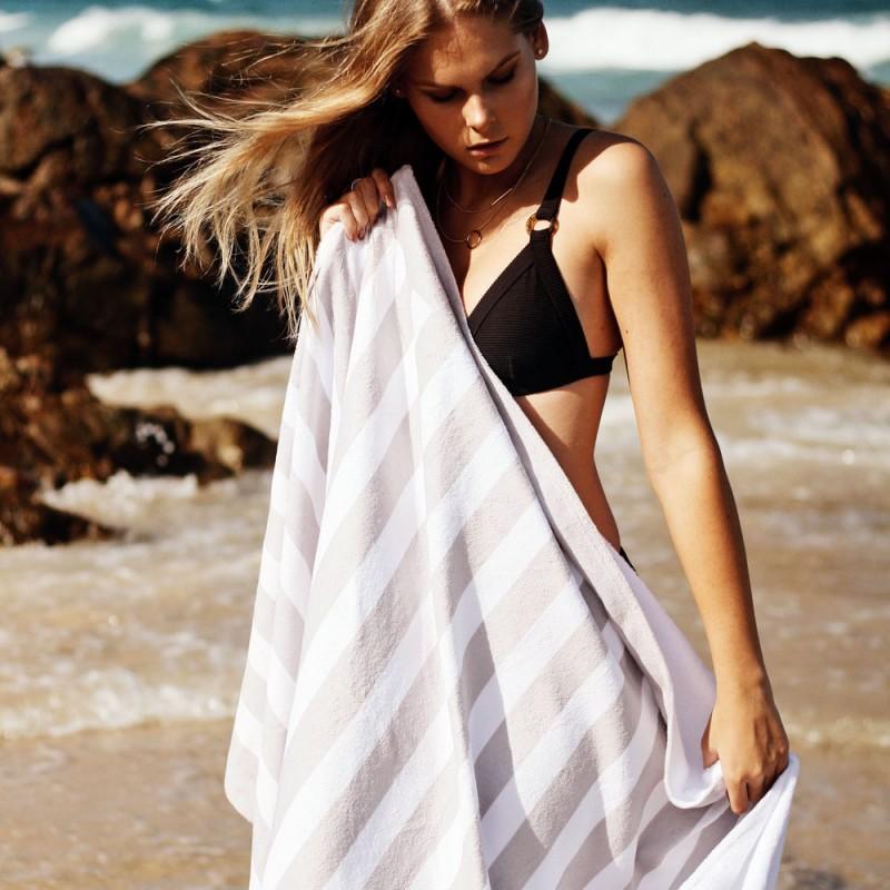 Cómo limpiar las toallas de playa y piscina (trucos para eliminar arena, sal y cloro)