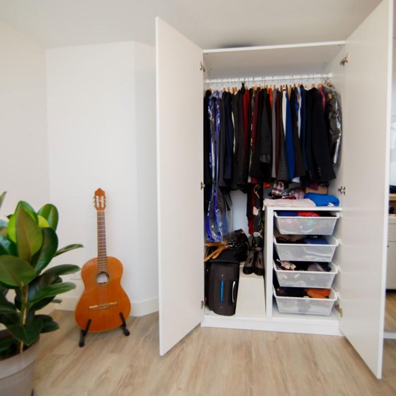 Cómo ahorrar espacio en un armario pequeño para que entre tu ropa (y que esté ordenada)