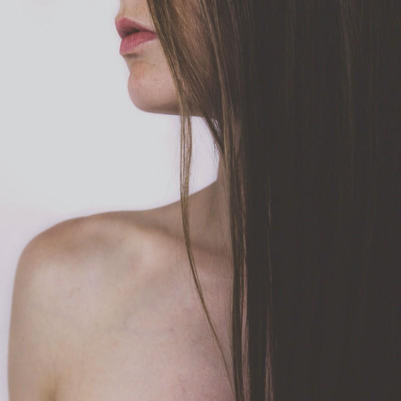 Cómo alisar tu cabello sin plancha o secador (4 trucos para un pelo liso sin calor)