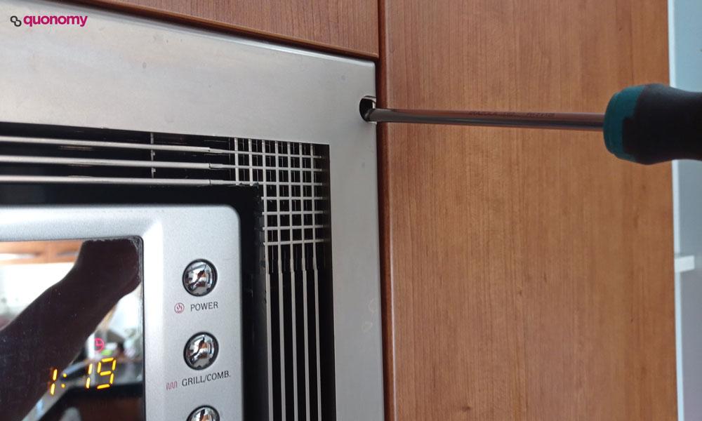 Cómo limpiar el microondas encastrado, paso 1