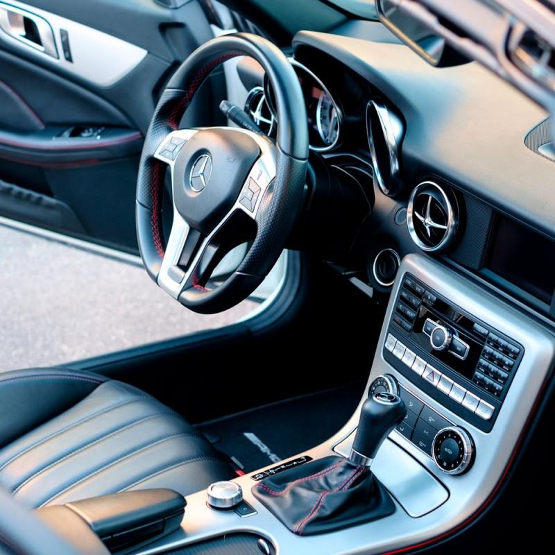 Cómo limpiar bien el interior del coche: salpicadero, cristales, tapicería...