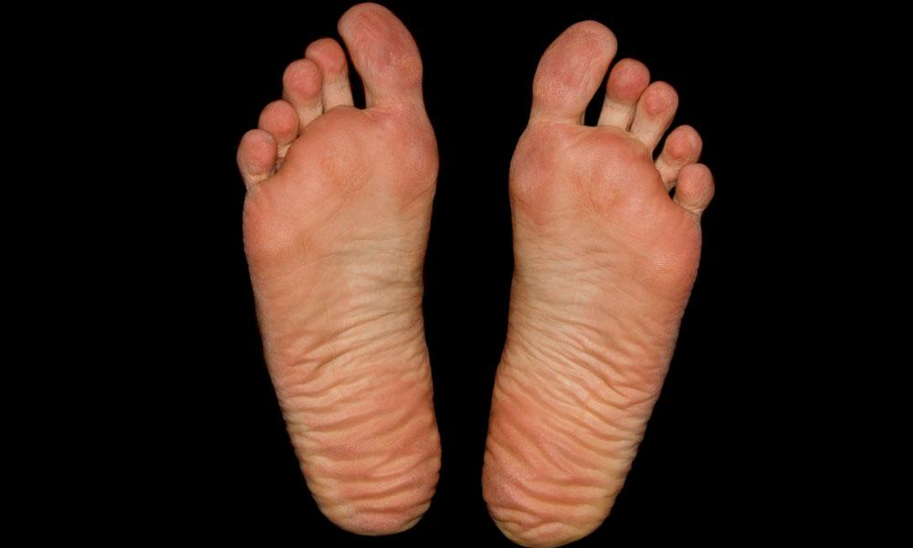 trucos para hidratar unos pies muy secos