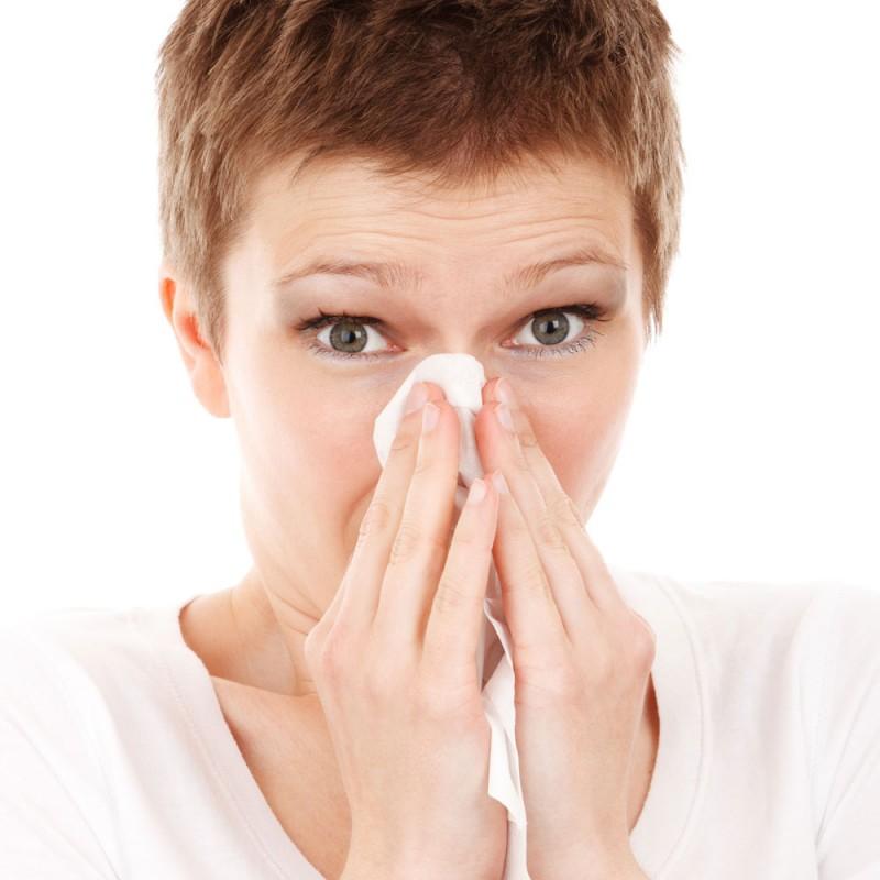 Por qué estornudo por la mañana sin parar