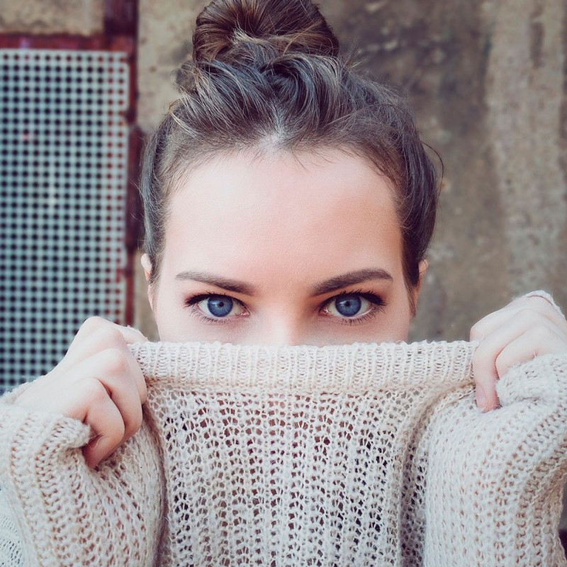 Cómo desvestirte sin manchar de maquillaje tu ropa (truco genial)