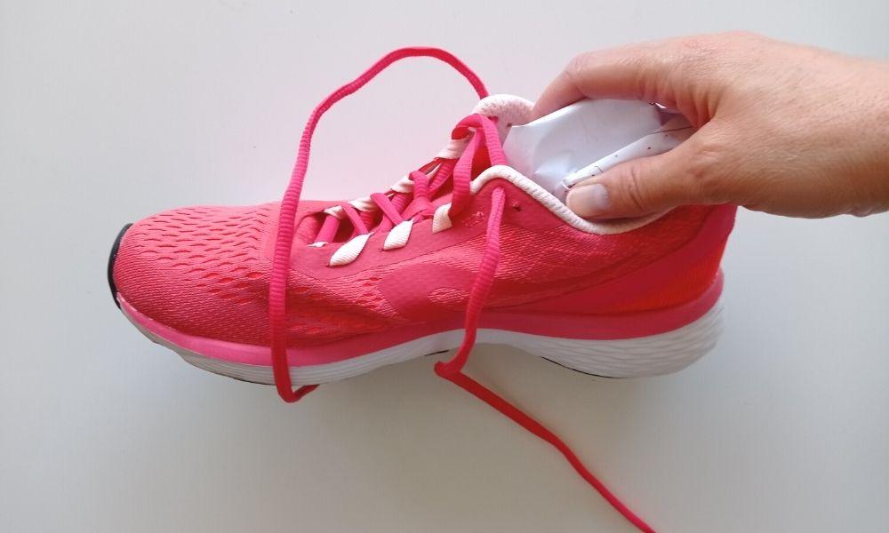 papel para secar las zapatillas mojadas
