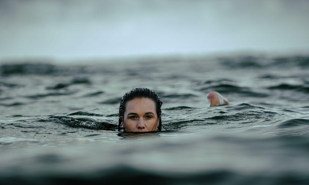 nadar en el mar durante una tormenta, riesgos