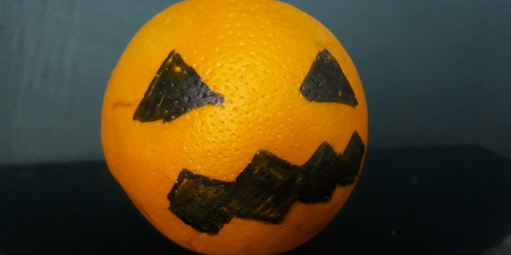 Merienda para halloween: calabaza con una naranja