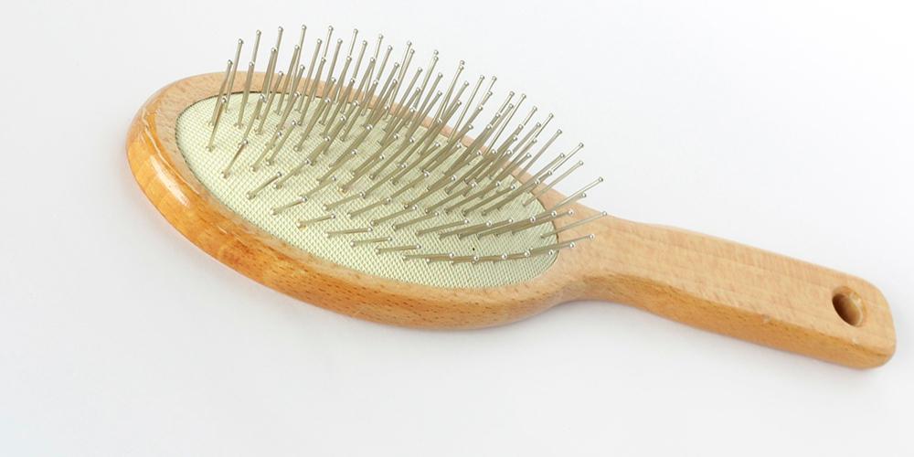 limpiar cepillos de madera para el cabello