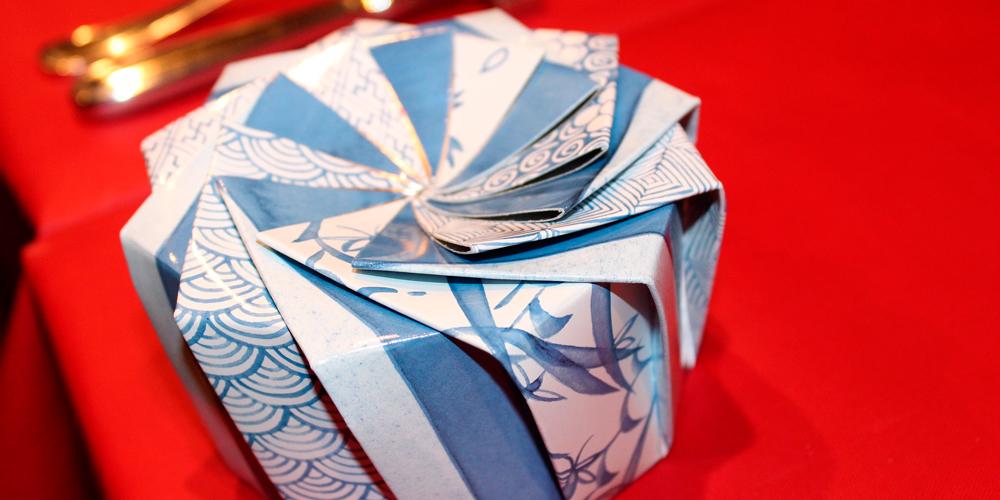 envolver regalos navideños según el origami