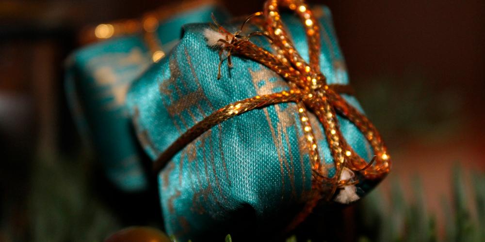 envolver regalos con telas o retales